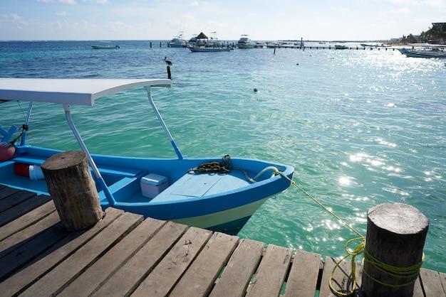 Barco de praia do caribe no cais de madeira