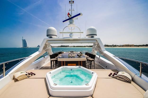 Barco de proa navegando no azul do mar mediterrâneo nas férias de verão