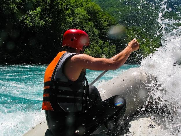 Barco de rafting no rio rápido da montanha