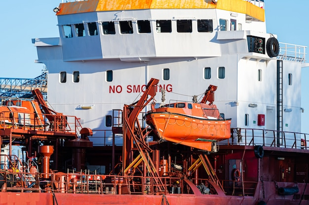 Barco de resgate de segurança de emergência de navio de carga no convés