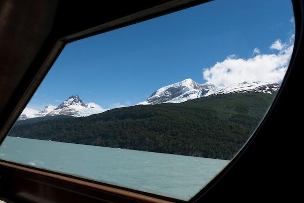 Barco de turismo no lago argentino, parque nacional los glaciares, província de santa cruz, patagônia, argenti