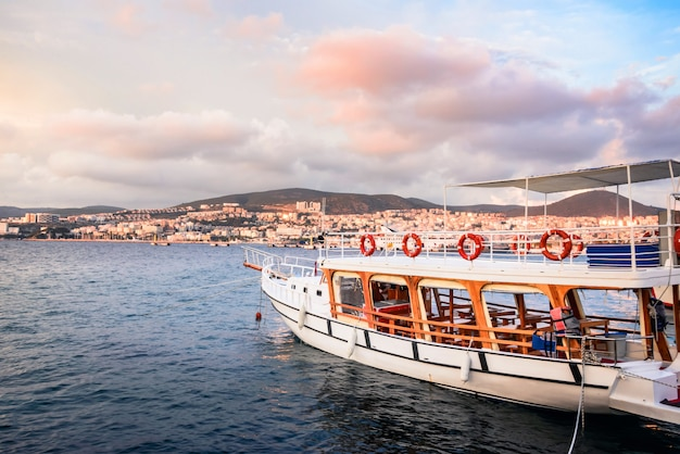 Barco de turista amarrado no porto de kusadasi em kusadasi, turquia.