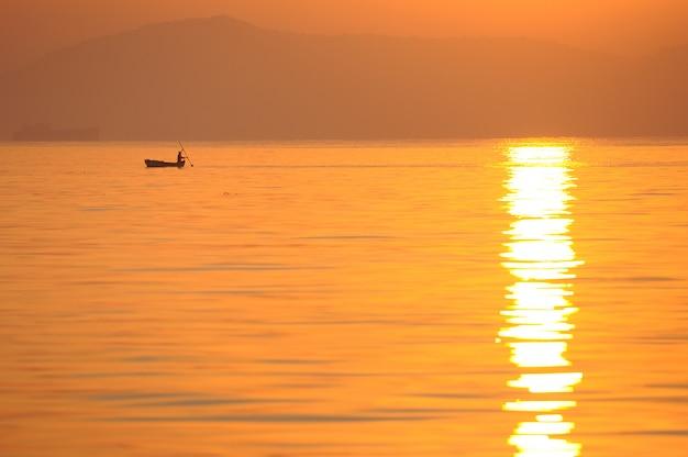 Barco do mar do nascer do sol