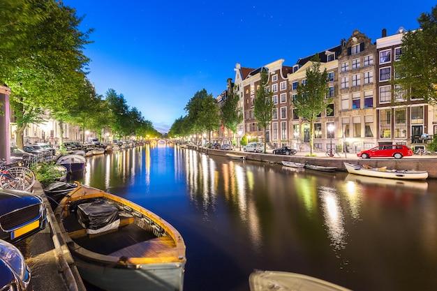 Barco e apartamento, casa, ao longo do canal de amsterdam com estrela no bl