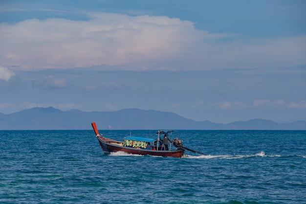 Barco e céu azul com mar