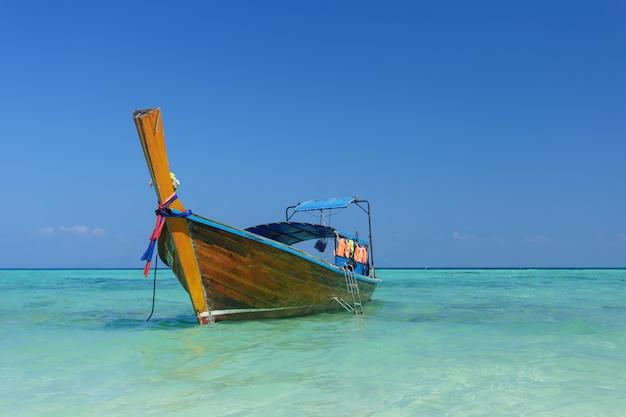 Barco e lindo oceano azul