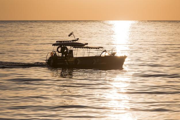 Barco e paisagem bonita do oceano