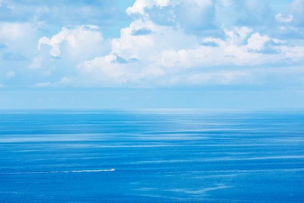 Barco em alta velocidade no mar