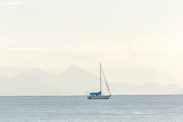 Barco em belezas da cidade de paraty - rio de janeiro