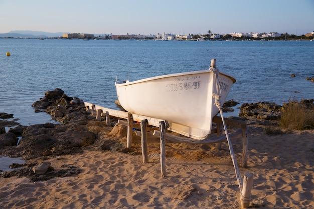 Barco encalhado em estany des peix em formentera balearic island