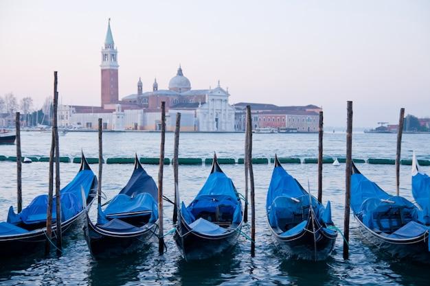 Barco goldola estacionamento no lagoo do grande canal veneza itália