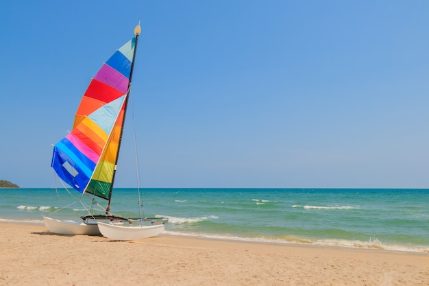 Barco iate na praia