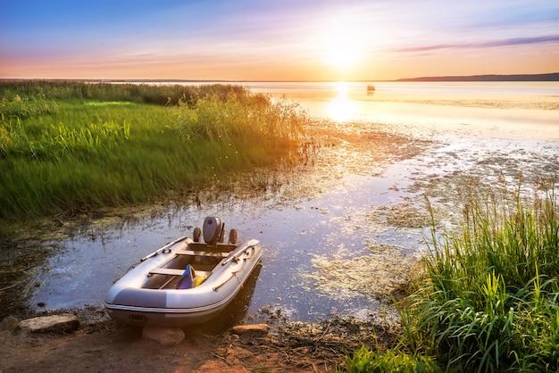 Barco inflável no lago na cidade de galich, região de kostroma