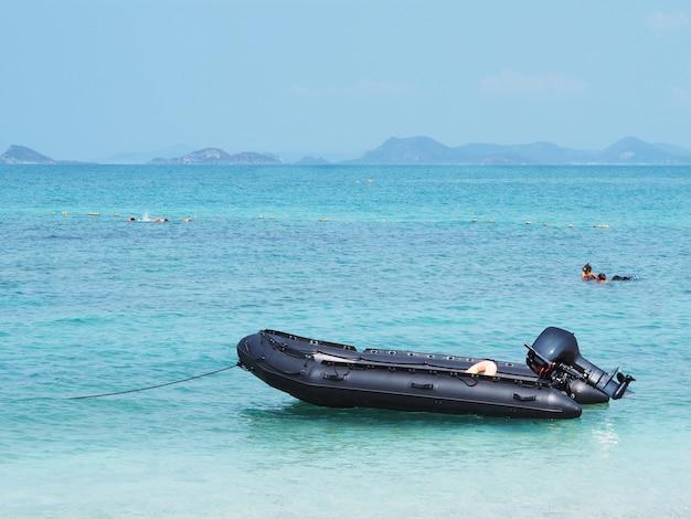 Barco inflável preto vazio no mar