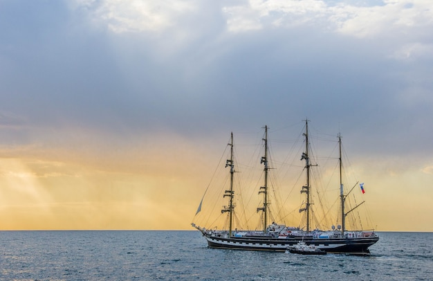 Barco krusenstern no mar ao pôr do sol