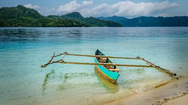 Barco local colorido na ilha de friwen, papuásia ocidental, raja ampat, indonésia
