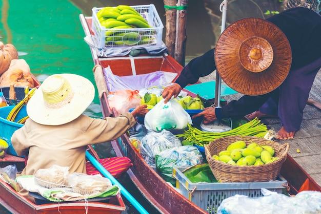 Barco local em mercado flutuante de amphawa