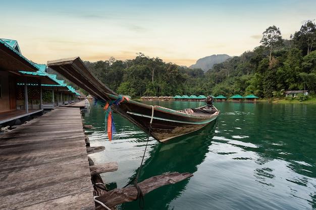 Barco longtail com bela paisagem vista píer em um lago