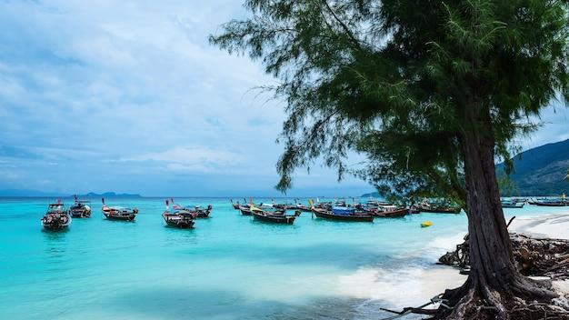 Barco longtail e belo oceano da ilha de koh lipe, ilha paradisíaca na tailândia.