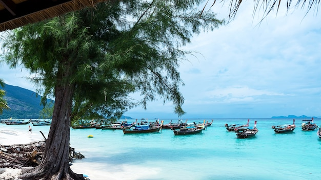 Barco longtail e belo oceano da ilha de koh lipe, tailândia.