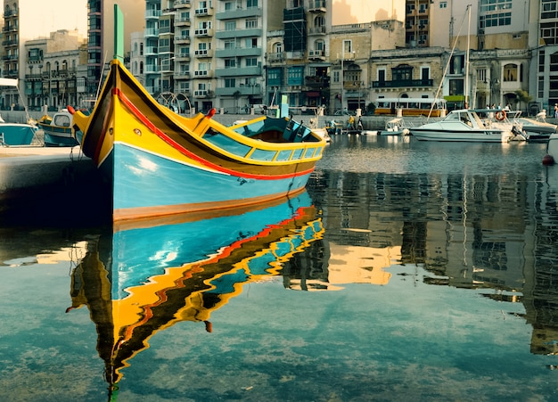 Barco maltês na baía de st. julian, malta