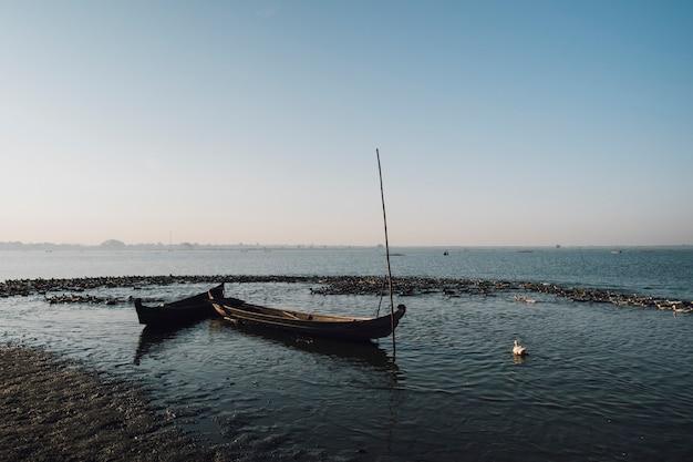 Barco na cena do lago