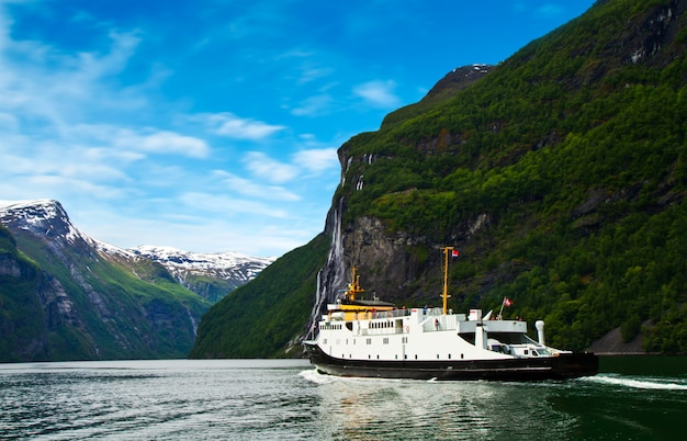 Barco na noruega fjiord