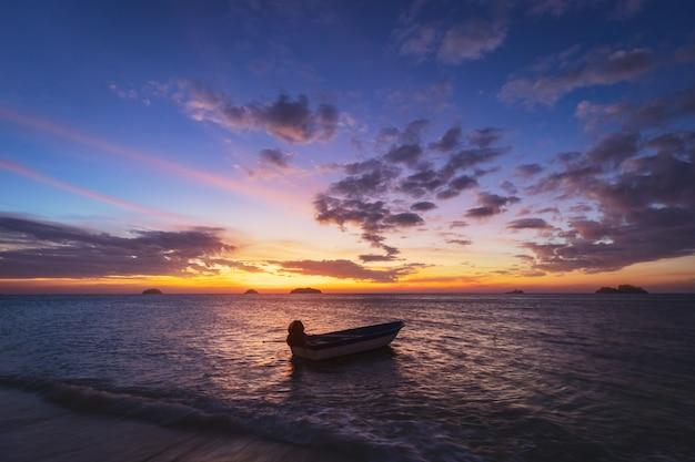 Barco na praia ao pôr do sol em koh chang, trad, tailândia