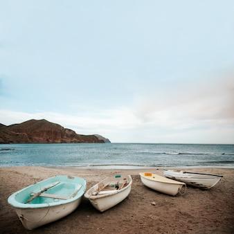 Barco na praia e no céu