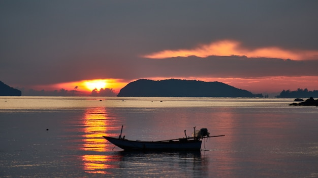 Barco no fundo do sol. koh phangan. tailândia