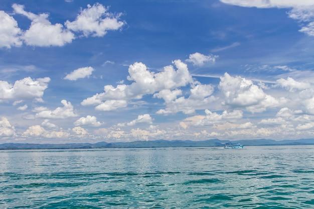 Barco no mar e céu azul