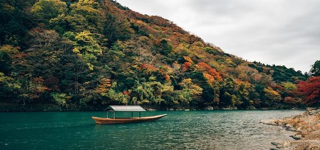 Barco no outono de água azul no japão