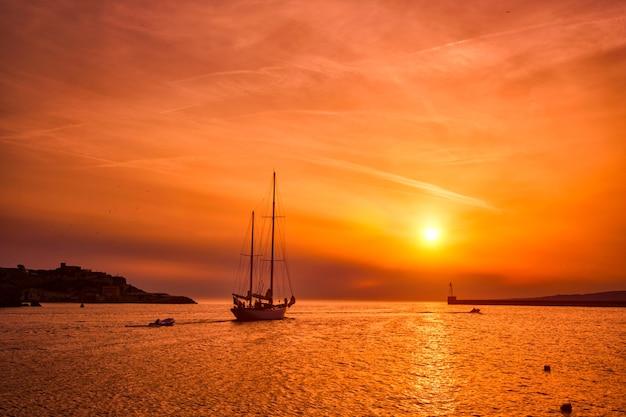 Barco no porto de marselha no pôr do sol em marselha, frança