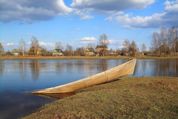 Barco no rio da costa