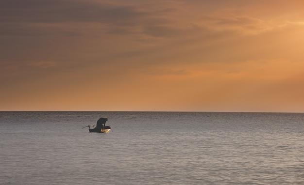 Barco pequeno pescador no mar.