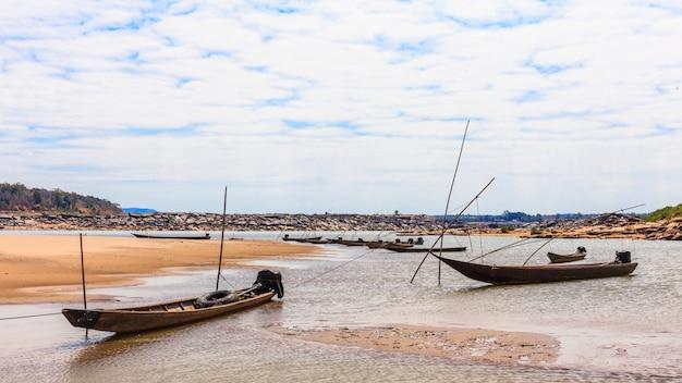 Barco pequeno pescador no rio