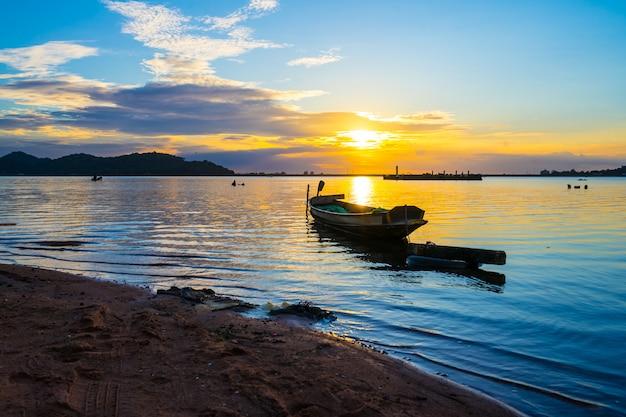 Barco pesca, com, pôr do sol, em, bang, phra, reservatório, sriracha, chon, buri, tailandia