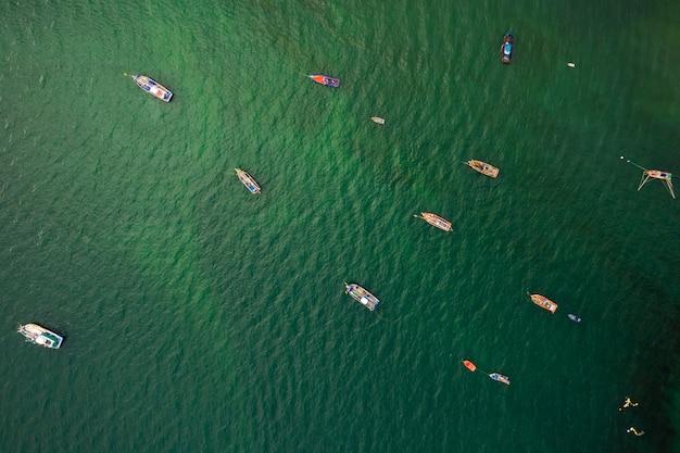 Barco pesca, e, cauda longa, bote, ligado, a, verde, mar, vista aérea