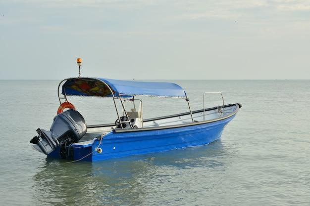 Barco pescador com fundo do sol