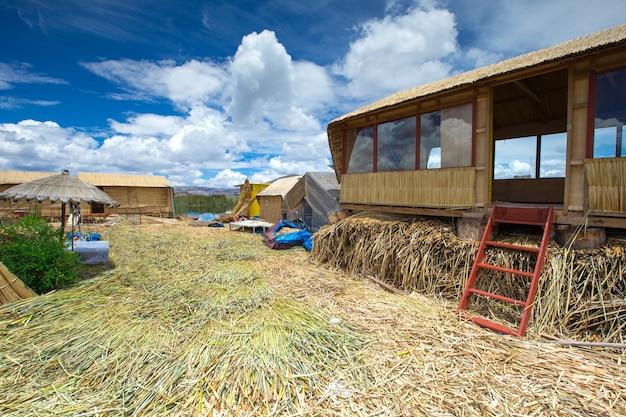 Barco totora no lago titicaca perto de puno, peru