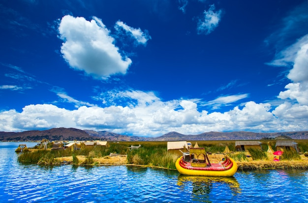 Barco totora no lago titicaca