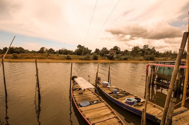 Barco tradicional de tailândia no rio canal
