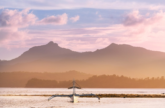 Barco tradicional filipino no mar, ilha de palawan, filipinas