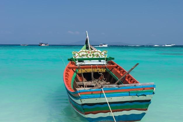 Barco tradicional tailandês bonito na ilha de racha, mar de andaman.