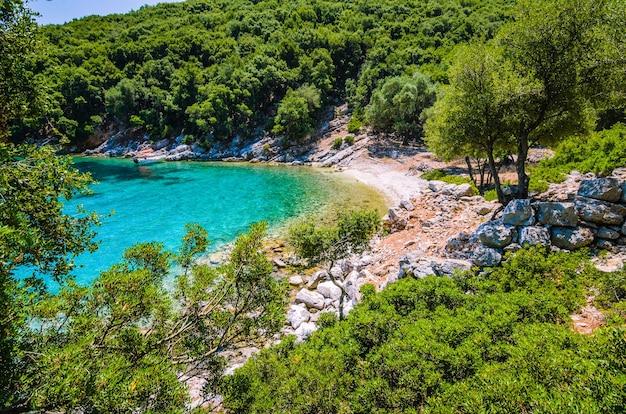Barco turístico ancorado em uma baía de cor turquesa, ilha de kefalonia, grécia