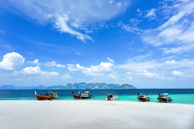 Barco turístico está estacionado em frente à praia