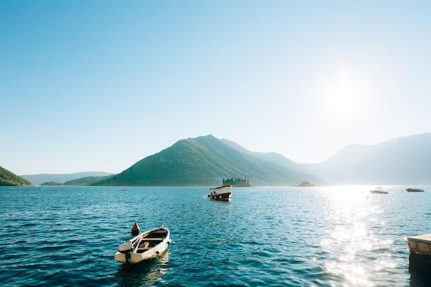 Barco turístico na baía marítima de kotor