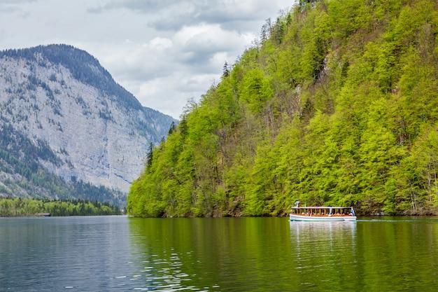 Barco turístico na montanha alpina