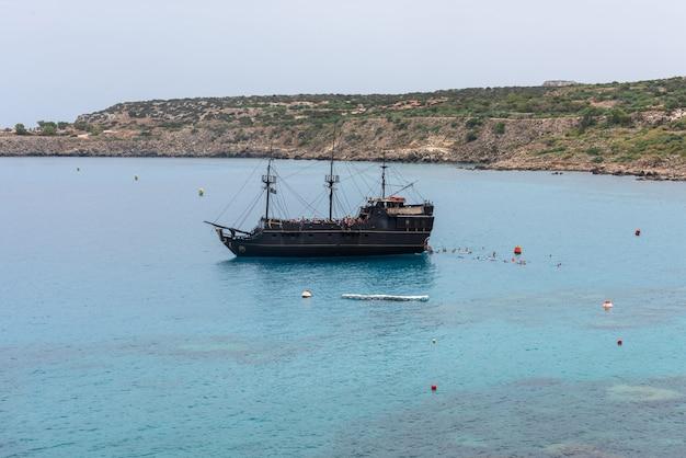 Barco turístico navegando no mar mediterrâneo em chipre