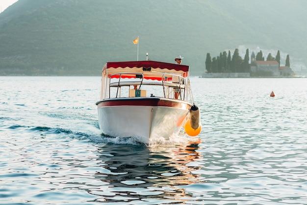 Barco turístico no mar. baía de kotor. montenegro.